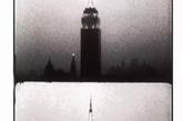 《帝国大厦》是Andy Warhol于1964年拍摄的一部黑白默片。电影开篇是白茫茫的一片,伴随着日落,帝国大厦的轮廓渐渐清晰。接下来外立面的灯光瞬间亮起,动魄惊心。在接下来6个半小时里,灯光明明灭灭,直至一片黑暗,大厦溶于夜色。(实习编辑:刘嘉炜)