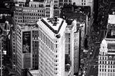 熨斗大厦 最性感的莫过于你双手按下 飞起的裙角时露出的肌肤 今天,世界各地的人聚集在纽约23街、第五大道和百老汇街的交汇处,与其说是在瞻仰这座20世纪早期完工的建筑杰作,不如说是在膜拜这个世界上最具标志性的商业文化符号。但在20世纪伊始,熨斗大厦还在建设之中,就已成为纽约最受欢迎的地方。(实习编辑:刘嘉炜)