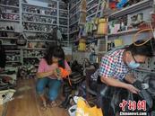 郑州残疾夫妻靠修鞋买车买房 勤劳致富被赞正能量