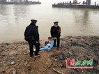 一女子冰天雪地跳江 九江民警下水相救细心照料