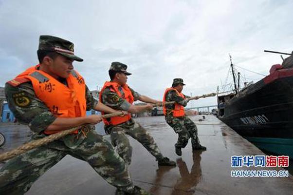 文昌边防支队清澜边防派出所干警在清澜港帮助渔船拖拽缆绳。