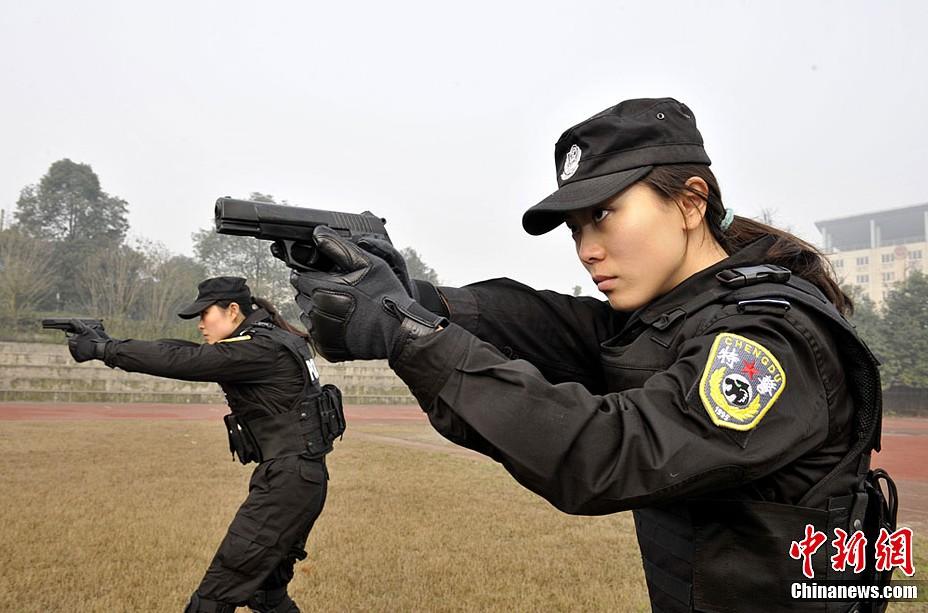 英姿飒爽的女子特警中队