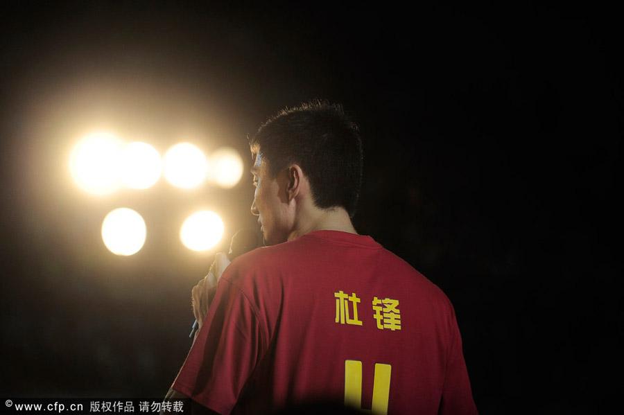 """今晚,国手杜锋的退役仪式在东莞体育馆举行。杜锋说:""""今天与大家相聚在此,不仅仅是为了说再见,更多的是为了说谢谢。虽然我不再在篮球场上奔跑,但篮球场仍是我工作的地方。"""""""