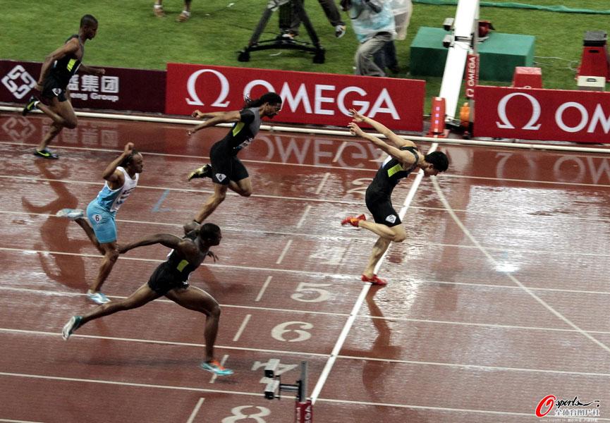 北京时间5月19日晚,2012年国际田联钻石联赛上海站结束了男子110米栏争夺,最终刘翔以12秒97获得冠军,创造了今年世界最好成绩。