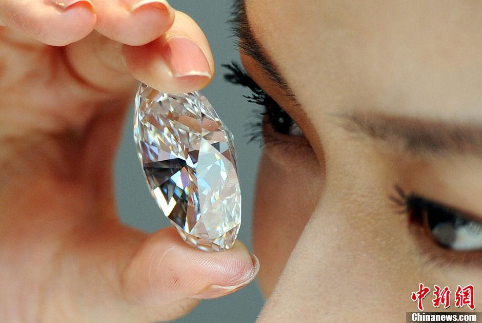 一颗118.28克拉,椭圆形D色完美无暇TypeIIa钻石,估值在2.2亿至2.8亿港元,9月19日在传媒预览展示。香港苏富比将于10月7日举行珠宝及翡翠首饰2013秋季拍卖会,推出超过330件珠宝首饰,总估值超过9亿港元。