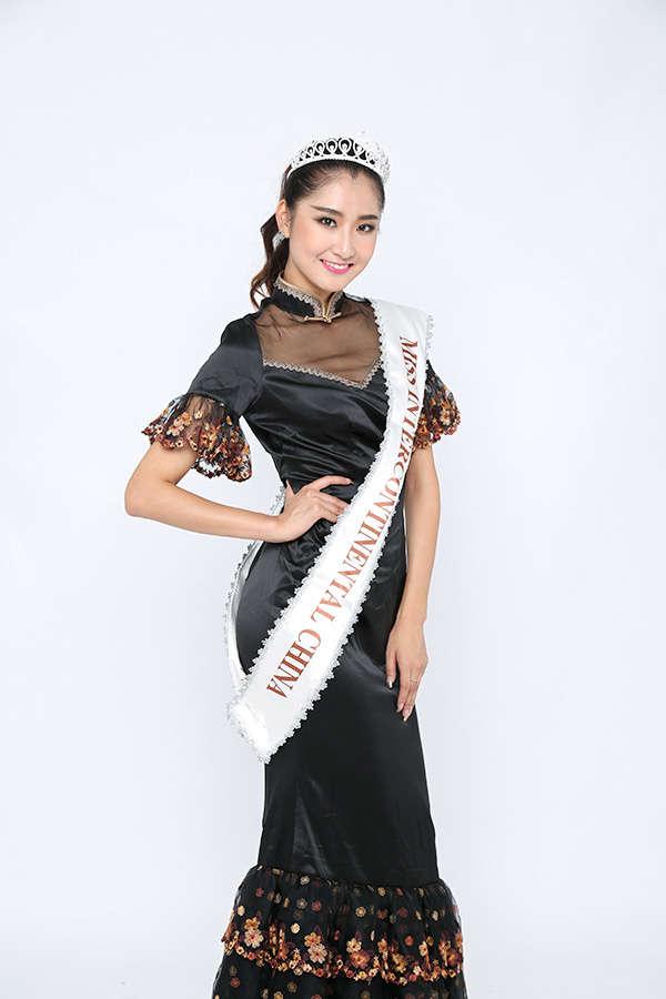 """洲际小姐季军苏日曼身着香黛宫旗袍。 北京香黛宫服装服饰有限公司尊崇""""踏实、拼搏、责任""""的企业精神,并以诚信、共赢、开创经营理念,创造良好的企业环境,以全新的管理模式,完善的技术,周到的服务,卓越的品质为生存根本。让女性一起来呈现东方美,回归自我,是成立香黛宫旗袍的宗旨。香黛宮的旗袍都恰到好处的呈现了东方女性的委婉多情,含蓄内秀与风情。或藏或露,或直或曲。用旗袍的形式表述东方文化的内在底蕴,结合各类艺术门类的不同运用在服饰上,是香黛宮的用心。在洲际小姐大赛中水墨风格的旗袍演绎出传统"""