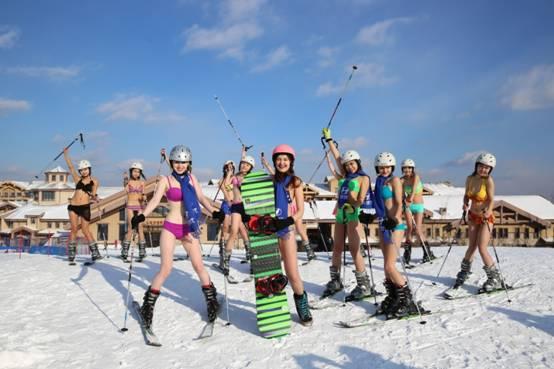 光猪明星滑雪赛堪称世界上最释放压力,唤醒激情的运动。极寒!极速!极乐!极具观赏性的趣味雪地比赛,高颜值选手们将身着比基尼进行造型和滑雪PK,堪称美感与力量的完美结合。 活动时间:2016年01月01日 活动地点:长白山国际度假区雪场 亮点三:爱的明信片