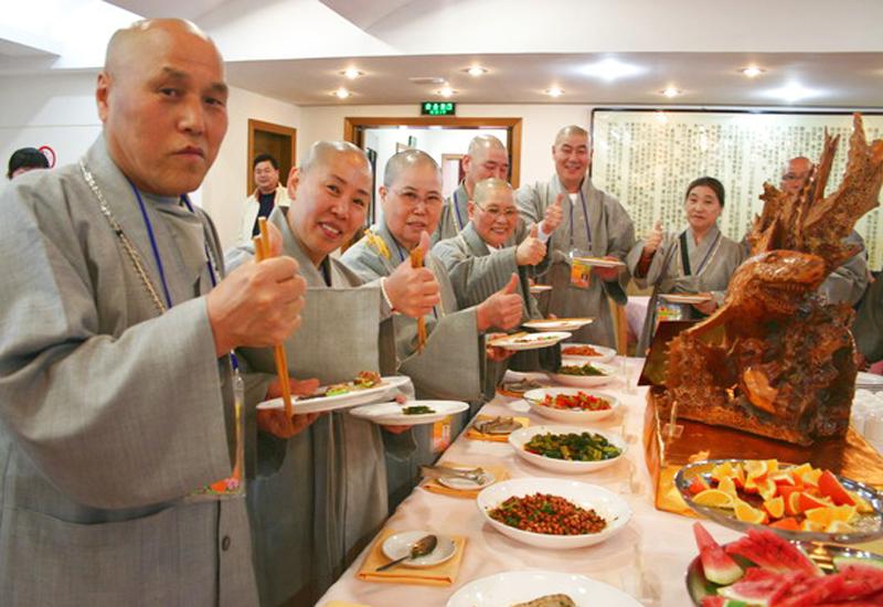 """寺庙 和尚尼姑 年终聚餐 年夜饭""""大鱼大肉"""""""