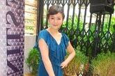 宝蓝色的连身裙虽然款式上过于平庸,但好在颜色足够抢眼也能提升气质,与足下鹅黄色高跟鞋的搭配虽然不是很抢眼但也还算合理。