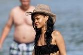 蕾哈娜赴夏威夷海边度假,流苏比基尼展平坦小腹,性感翘电臀摆撩人Pose玩湿身诱惑。