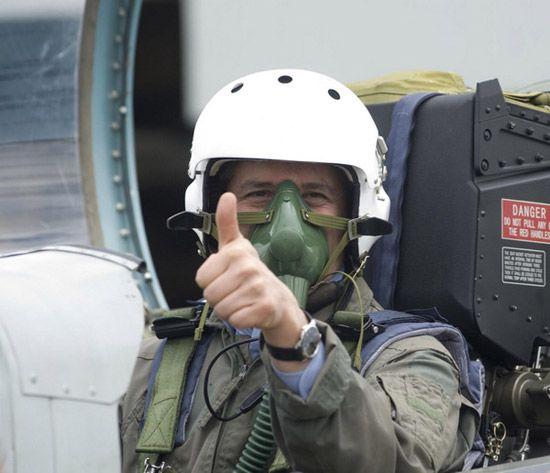 中国K-8教练机出口玻利维亚 玻总统亲自试乘 (组图)