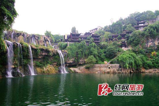 提到湖南湘西的芙蓉镇,或许不少人会想到小说或者电影版的...
