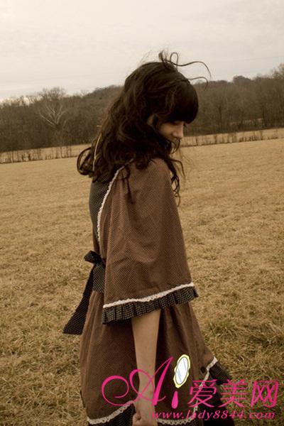 女生棕色裤子搭配图