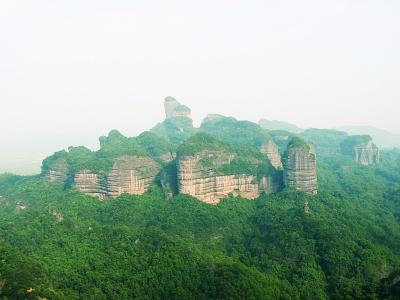 快讯 > 正文  丹霞山风景名胜区内有大小景点990多个,有石峰,石堡