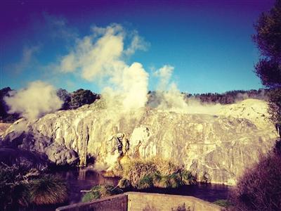 奥克兰周边著名的地热城罗托鲁阿的地热喷泉。