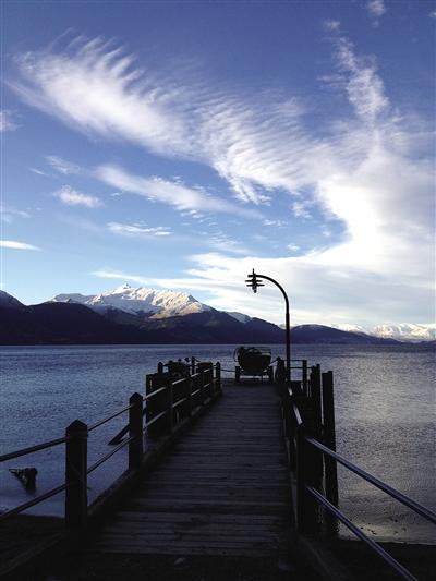 皇后镇瓦卡提波湖的湖光山色,远处是皑皑的雪山。