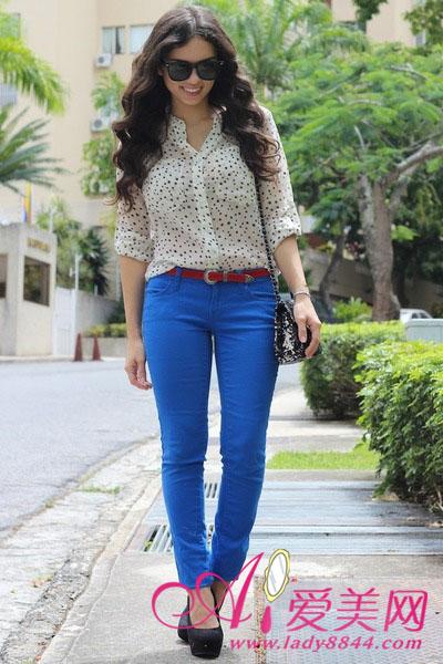 宝蓝色紧身裤+白色波点衬衫
