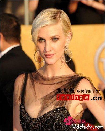 也是可以尝试的时尚发型设计,欧式美女淡淡的发色随意扎起都很有范.