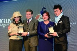 ▲浪琴表香港地区副总裁欧阳楚英女士与浪琴表副总裁及全球市场总监胡安·卡洛斯卡佩里共同向本次赛事的最优雅着装奖获得者Emily Tang和Jimmy Yu颁奖。