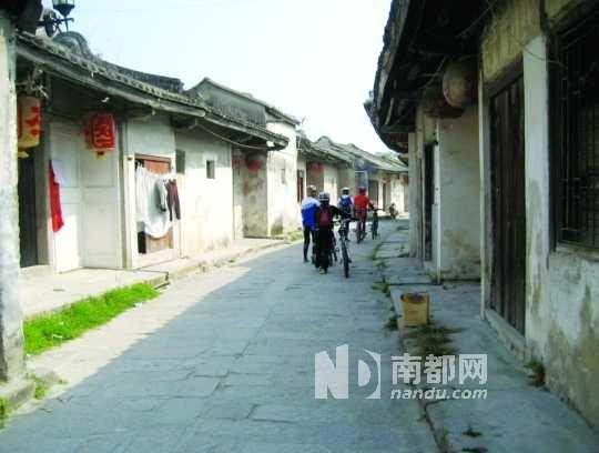 """龙湖古寨是按照九宫八卦修建的,寨中央直街形似""""龙脊""""。"""