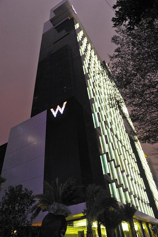 ?n???w?_广州w酒店大胆采用了不对称的外观设计,时尚的黑色玻璃外衣下穿插着