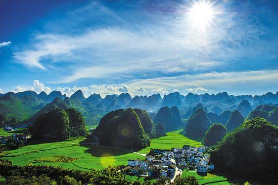 ↑万峰林景区旖旎的田园风光