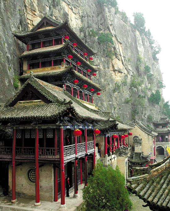 涉县的娲皇宫建在悬崖峭壁之下