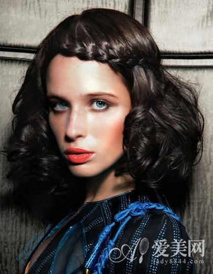 编辑点评:前额刘海的稻穗式编发带着一丝可爱,巧克力发色的卷发又增添