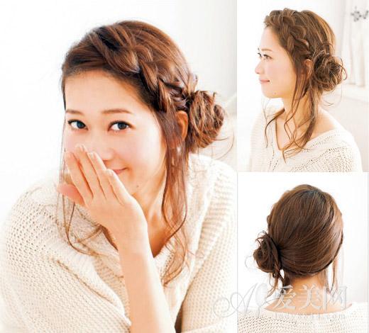 气质麻花辫花苞头扎发 好看指数: 扎发步骤: Step1:将长刘海按照1:9的比例分开,左侧的刘海沿着脸颊进行蓬松麻花辫的编织,编至左耳际后用发带固定。 Step2:将其他头发梳理到左耳旁侧,并入刘海麻花辫,绾成花苞状后用发夹固定。 Step3:梳理耳朵两旁的发丝,做出朦胧的发尾,这款非常具有气质的麻花辫花苞头就完成了。