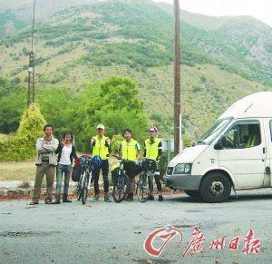 ①在法意边界附近,遇到3名骑游的留学生。