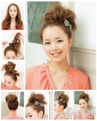美容   可爱发夹高发髻扎发 步骤一:把长头发均分2部分放在肩膀两边