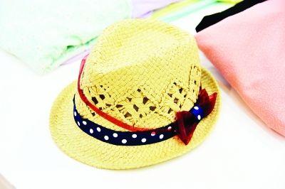 设计中采用了男式礼帽的帅气,编织的花形也采用了中性的正方形,加上枣