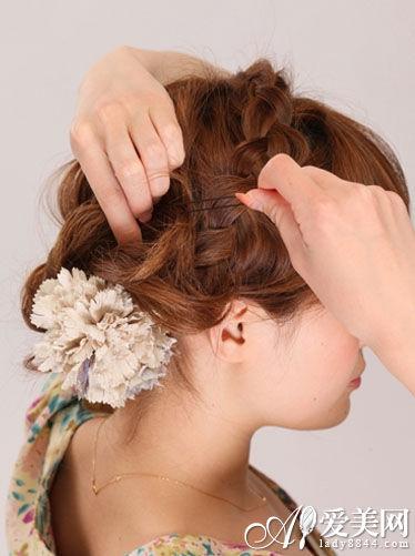 韩式盘发发型步骤六:; 夏日蜈蚣辫梨花头扎法步骤; 侧扎蜈蚣辫盘发