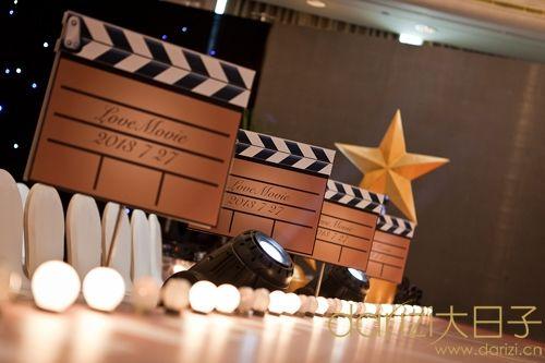步入三楼宴会厅如置身于梦幻的电影之中,熠熠生辉的水晶灯和t台灯光