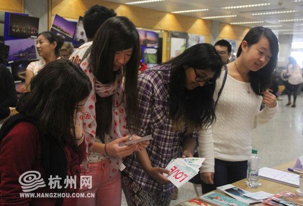 英国帝国理工学院的学生们欣赏杭州元素明信片