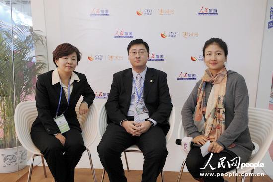中国国旅总社旅游度假部副总经理孙立群(左一)、出境旅游部副总经理饶田(左二)做客人民网旅交会直播间。
