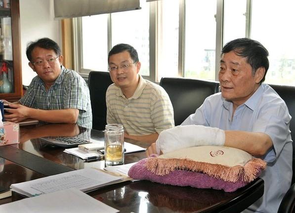 宗庆后/图为22日上午,宗庆后在公司总部召开公司生产工作会议。...