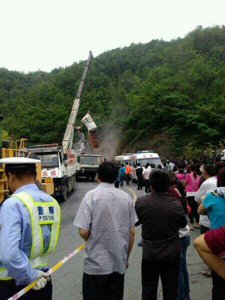 河南331省道西峡县双龙镇伏岭村柳树沟组交通事故 8人死 组图