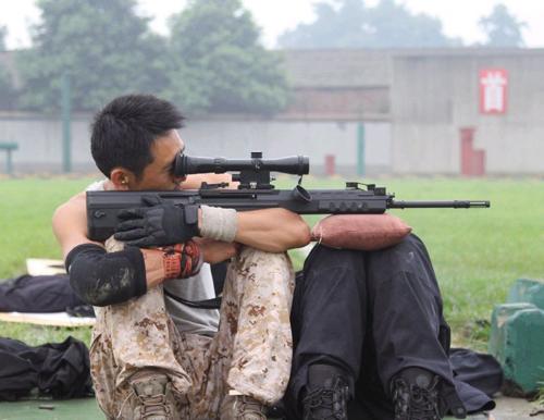 揭秘特巡警狙击手如何炼成:手持苹果 相互射击