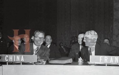 1955年,联合国代表大会上,中国代表蒋廷黻(左)与法国代表赫夫middot;阿尔方德交谈,这次大会上,蒙古申请加入联合国,蒋介石坚决投出反对票.