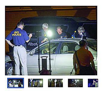 美国警方查看发现尸体的车辆