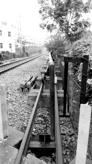 南京:小轿车撞上道口栏杆 逼停货运火车(图)