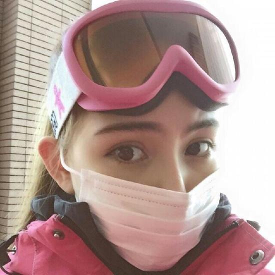 昆凌曬滑雪照破懷孕傳聞網友催周董加油