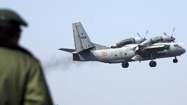 印度空军的安-32运输机(资料图) 据今日俄罗斯3月30日报道,印度此前将5架安-32中型运输机送往乌克兰进行升级,但是在乌克兰之乱发生后,5架体积可观的运输机竟然就这么消失了。而在印度本土对安-32的改修工作也停止了,原因是乌克兰之乱后,乌克兰工程技术人员被撤走。 一名印度空军高官对防务新闻表示,据2009年的合同,印度空军将40架安-32中型运输机送往位于基辅的乌克兰国有安东诺夫厂进行升级。但其中的5架已经不知所踪。 这名印度空军官员还说,另有64架安-32在印度本土进行升级。但是乌克兰已经无法将