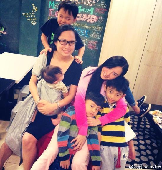 张柏芝母子三人亲密相拥合影画面温馨