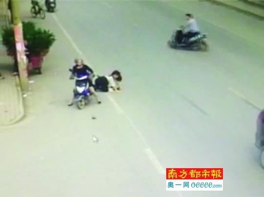 女乘客受到歹徒强烈拉扯摔倒在地。(视频截图)