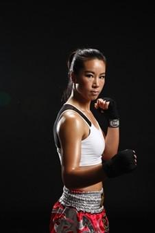 昆仑决明星选手唐金:中国首位签职业女选手
