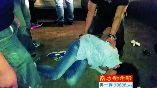 嫌疑人朱某驾车从中山来到江门送毒品,被便衣民警抓获。通讯员供图