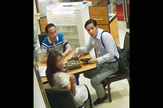 孟某及其同伙作案时的监控录像截屏。(图片来源:国际刑警组织网站)