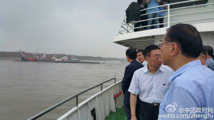 李克强在长江江面现场指挥救援(图)